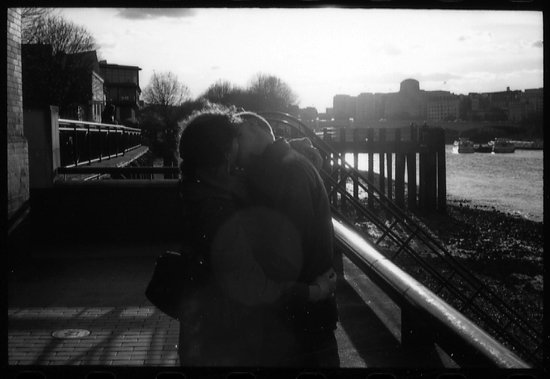 67863659couplekisslondon.jpg