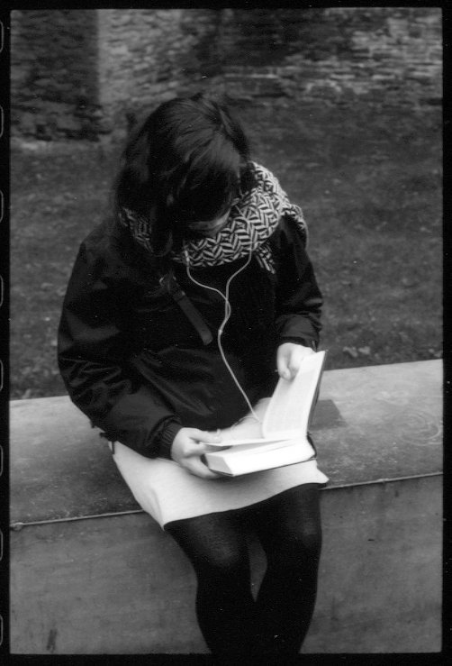 85464165girlreadinggent.jpg